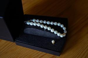 Bild weiße Perlenkette in schwarzer Schatulle