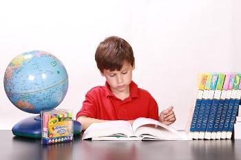 Bild kleiner Junge lernt
