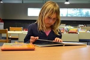 Mädchen beim lesen.