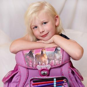 Mädchen mit rosa Schulranzen