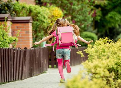 Bild Mädchen mit Schulranzen auf dem Schulweg