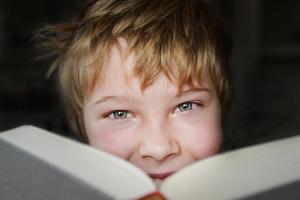 Bild Junge liest Buch
