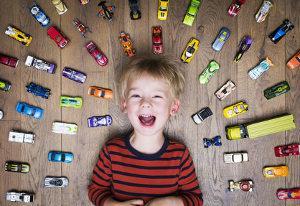 Bild Junge mit Spielzeugautos