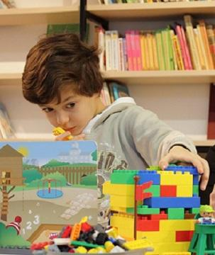Bild Kind mit Lego