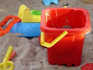 Sandkasten mit viel Zubehör.