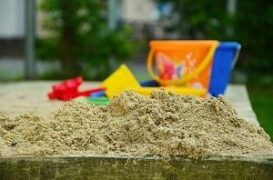 Bild Sandkasten mit Spielzeug