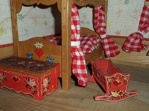antikes Schlafzimmer einer Puppenstube.