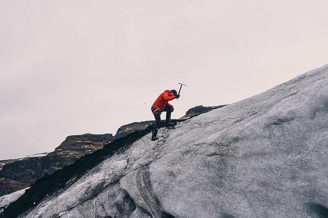Mann beim Bergsteigen