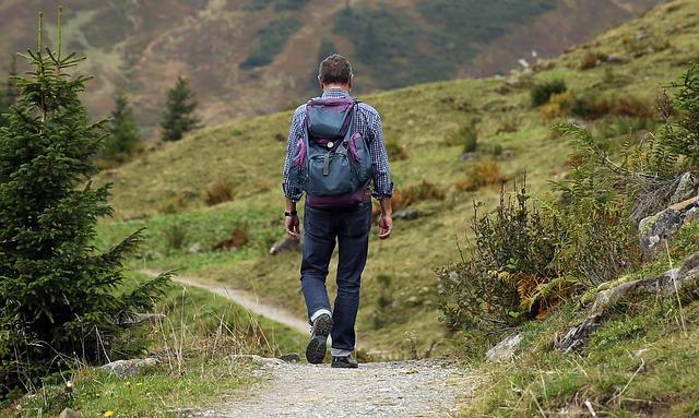 Mann beim Bergwandern