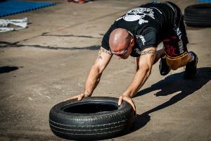 Bild Crossfitübung mit einem Reifen