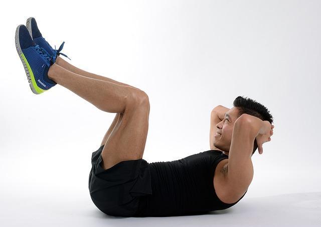 Bild Mann macht Sit-Ups