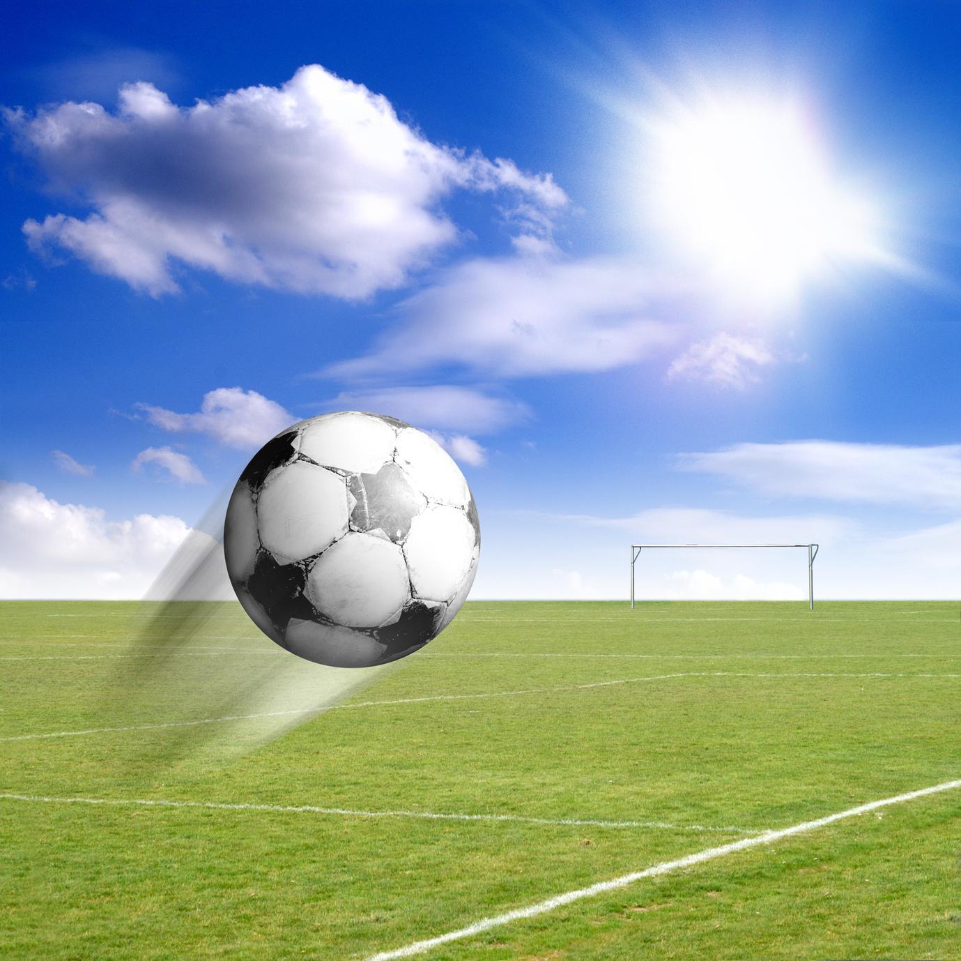 Bild Fußball fliegt zum Himmel