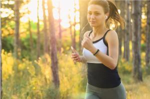 Bild Frau joggt im Wald