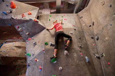 Bild Frau beim Klettern in der Kletterhalle