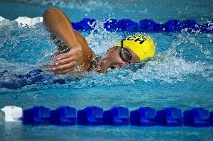 Bild schwimmende Frau verbrennt Kalorien