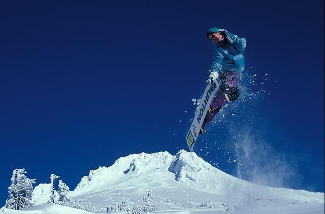 Bild Snowboarder bei Sprung