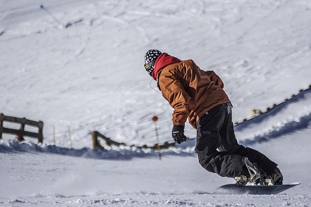 Bild Snowboardfahrer auf steiler Piste