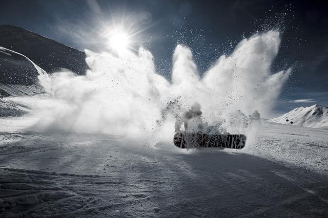 Bild Snowboardfahrer bei Sturz