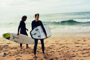 Surfer Paar am Strand
