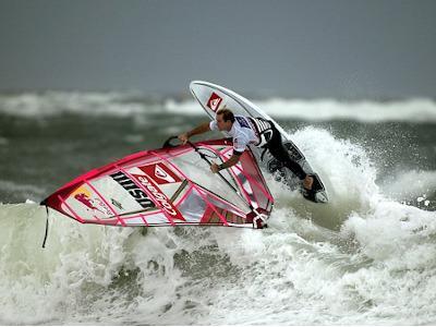 Mann beim Windsurfen