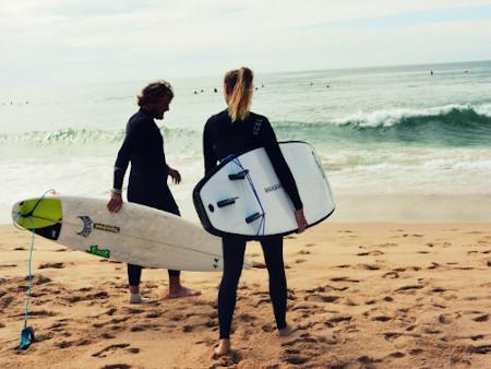 Zwei Surfer am Strand