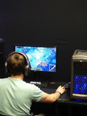 Bild Gamer spielt Online Game