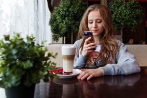 Bild Jugendliche mit Smartphone
