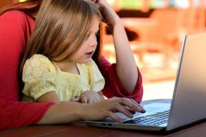 Bild Kind am Computer mit Eltern