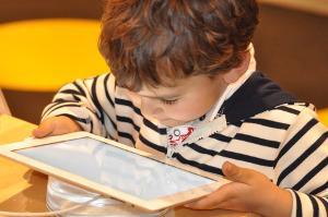 Bild Kind mit Tablet