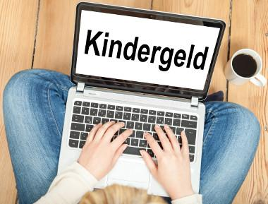 Laptop mit Schriftzug Kindergeld