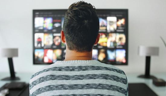 Mann schaut TV