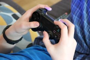 Bild Junge bein PlayStation 4 Spielen