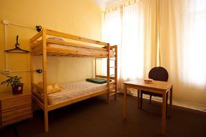 Bild Zimmer mit Bett und Tisch