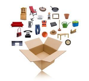 Bild Gegenstände in den Umzugskarton packen