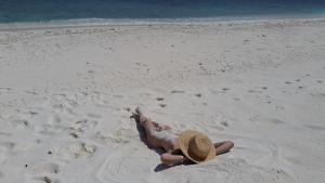 Nackte Frau am FKK Strand