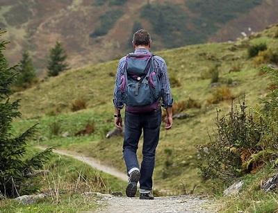 Wanderer trägt Wanderrucksack