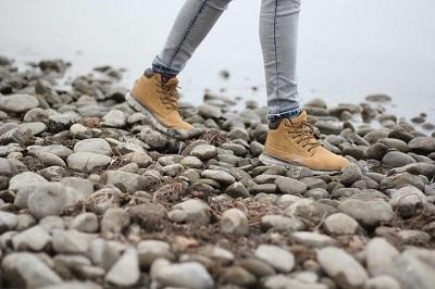 Bild Wanderschuhe auf Stein