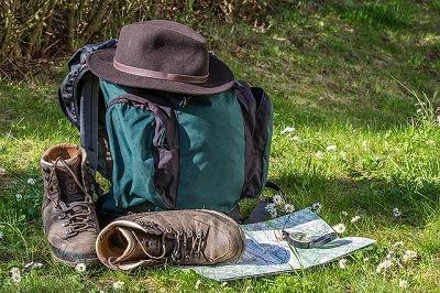 Bild Wanderrucksack mit Hut und Wanderkarte