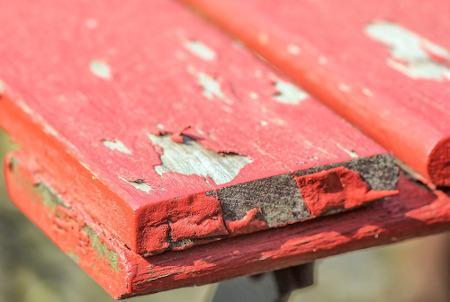 Roter Lack splittert ab