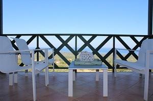 Bild einfacher Balkon mit Möbeln am Meer