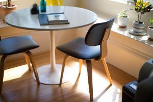 Bild Esstisch und Stühle