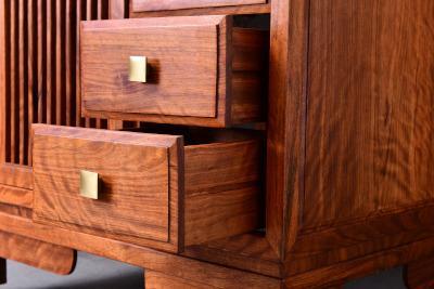 Holzkommode mit offenen Schubladen