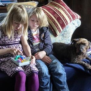 Kinder im Wohnzimmer