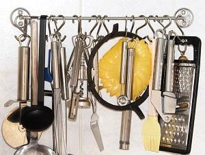 Küchengeräte an Wand
