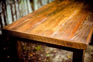 Rustikaler Holztisch