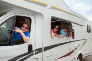 Familie in Wohnmobil